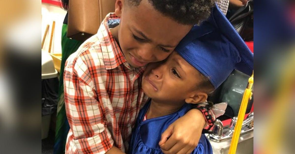 Esta foto de unos hermanos abrazados es lo más tierno que verás hoy