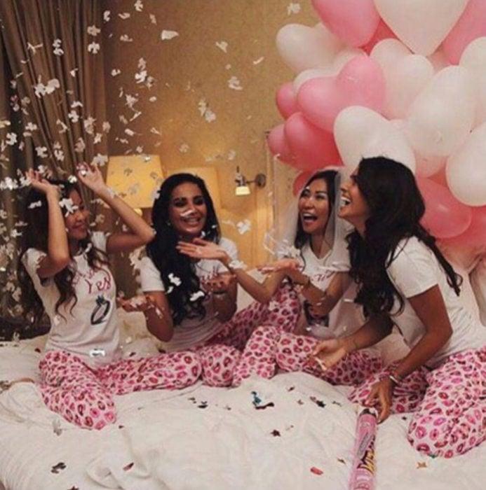 Chicas celebrando en una despedida de soltera con una pijamada