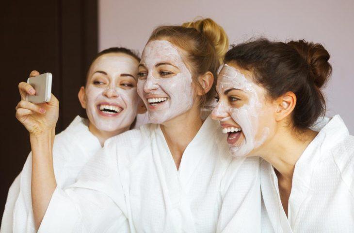 Chicas tomandose una foto mientras están en un spa