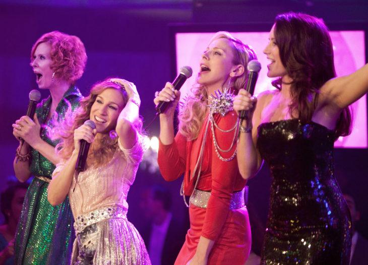 Escena de la película sex and the city, chicas cantando y bailando