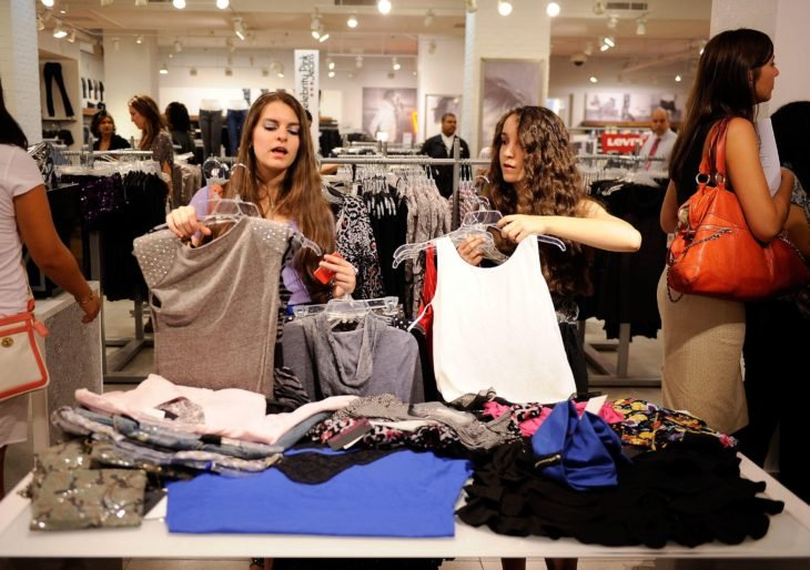 Chicas comprando ropa en un centro comercial