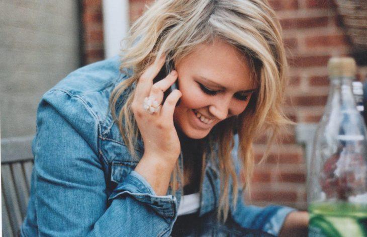 Hablar por teléfono con mamá puede ser igual de reconfortante que un abrazo según la ciencia