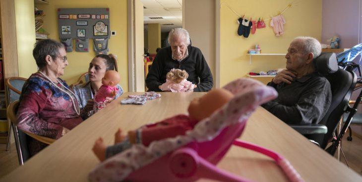 Vicente es uno de los pacientes que están utilizando muñecos para mejorar crisis de alzheimer