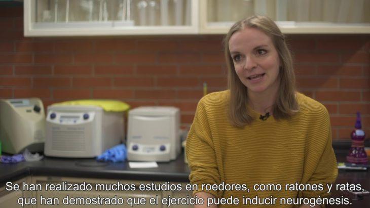 Captura de la imagen de Melanie Hüttenrauch durante el video en que explica la posibilidad de la neurogénesis a través del ejercicio