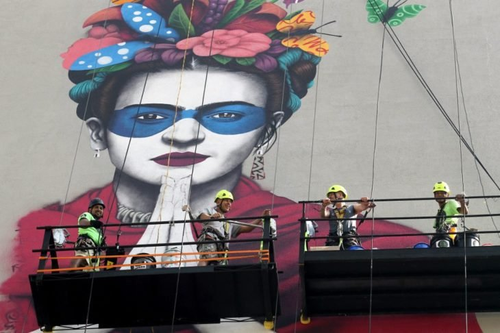 Fin Dac pintando el mural de Frida en Guadalajara