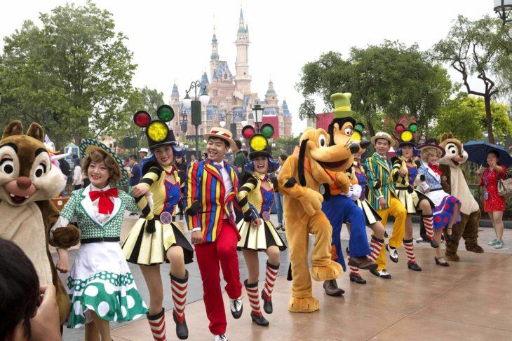 personal de Disneyland durante un show