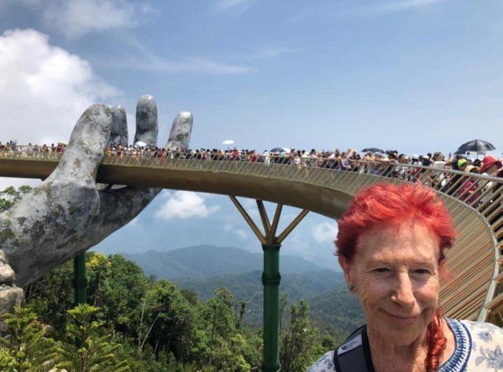 Abuelita de 83 años que viaja por el mundo posando durante un recorrido