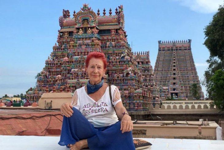 Mujer de 83 años que viaja por el mundo sentada delante de una espectacular pirámide