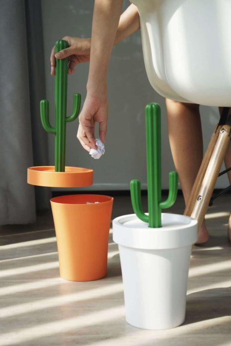 Bote de basura en forma de cactus