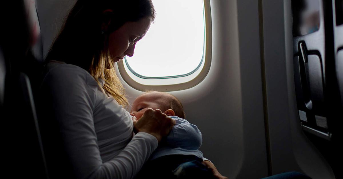 Aerolínea censura a mujer que amamantaba a su hija durante un vuelo