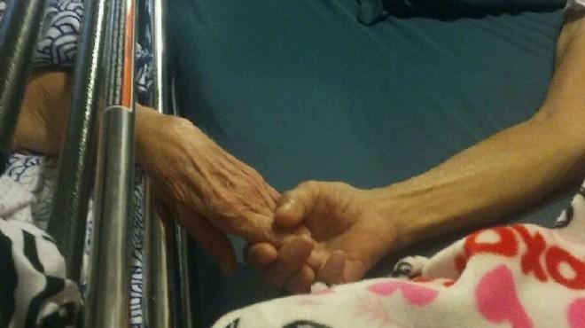 manos de dos ancianos unidas