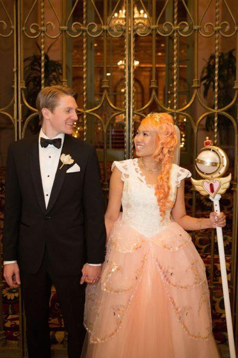 Pareja de esposos en su boda inspirada en Sailor Moon