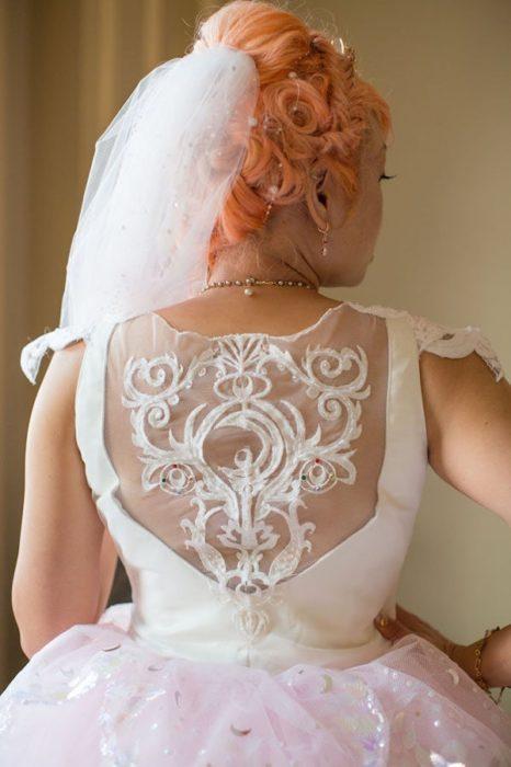Novia de espaldas mostrando su vestido con bordados inspirados en el cetro de Sailor Moon