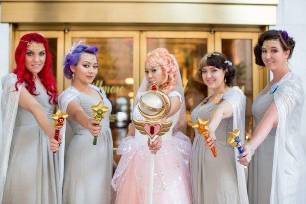 Novia junto a sus damas de honor vestidas como las Sailor Scouts
