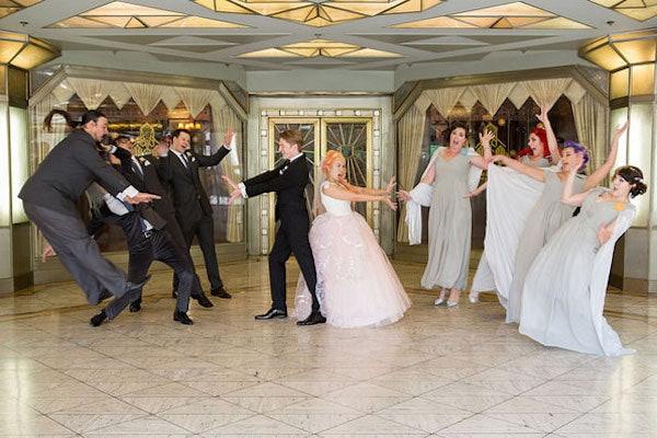 Fotografía de recuerdo de boda inspirada en Sailor Moon, con novios, madrinas y padrinos
