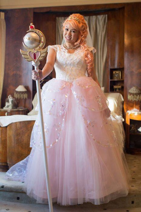 Novia vestida como Sailor Moon el día de su boda