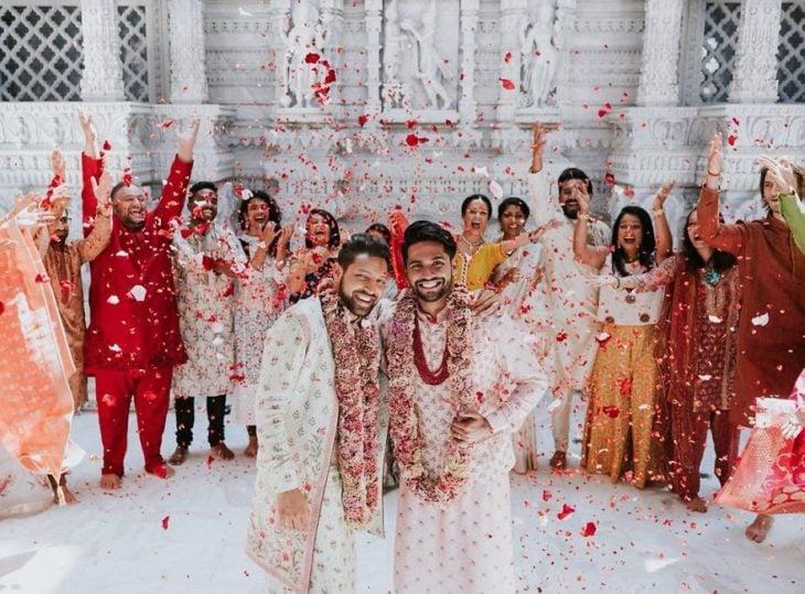 Familia celebrando una boda tradicional hindú con una pareja gay