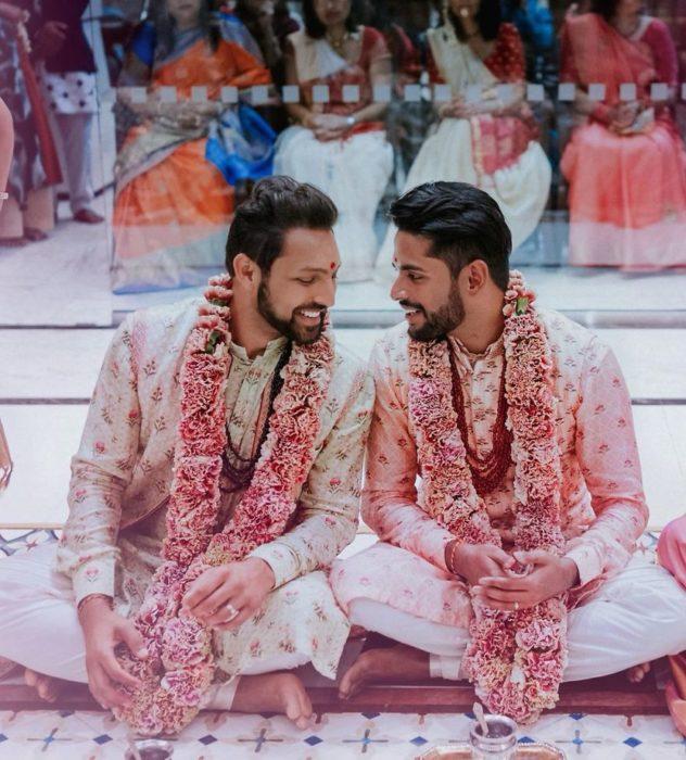 Pareja de homosexuales sentados durante la celebración de su boda tradicional hindú