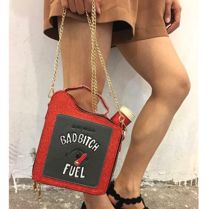 Chica con un bolso en forma de bote de gasolina