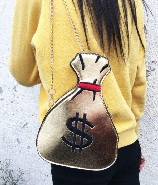 Chica con una bolsa en forma de saco de dinero en color dorado