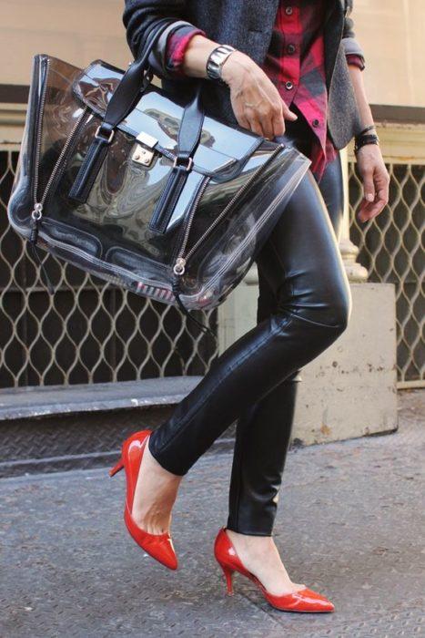 Chica llevando bolso amplio transparente
