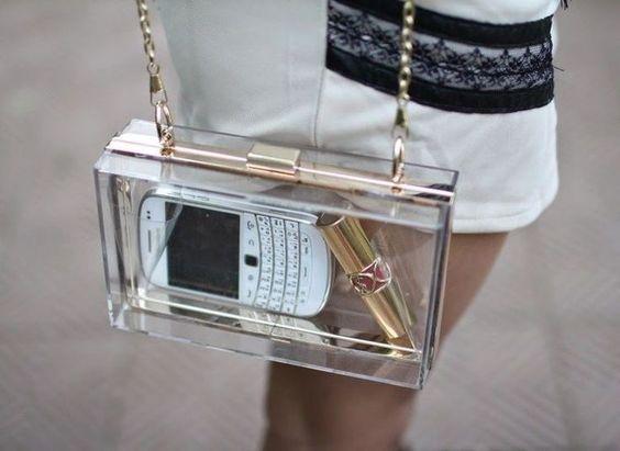 Mujer llevando bolso cuadrado, pequeño y transparente