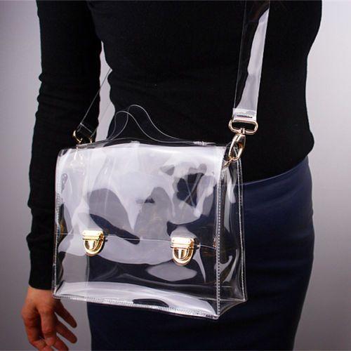 Chica llevando bolso transparente cruzado de lado