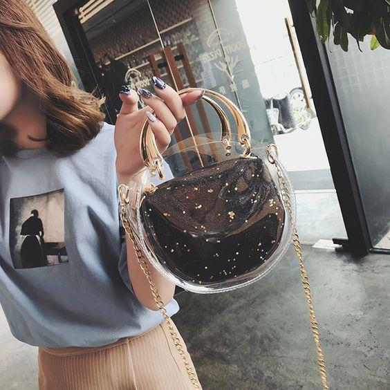 Chica sosteniendo un bolso semicircular con detalles en dorado
