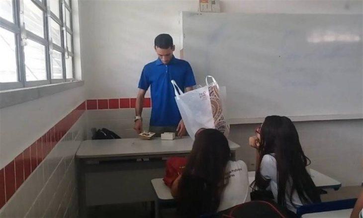 Profesor Bruno Rafael descubriendo dinero que le dieron sus estudiantes