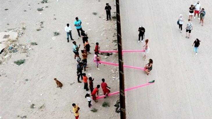foto aérea de los sube y baja colocados en la frontera de México con los Estados Unidos
