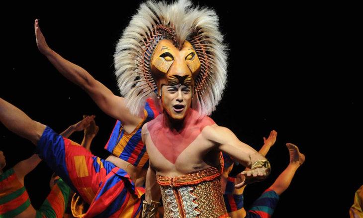 Carlos Rivera personificando a Simba en el musical El Rey León