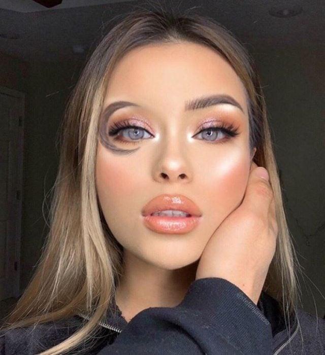 Hayley Bui, influencer, maquillada con la ceja en forma de media luna
