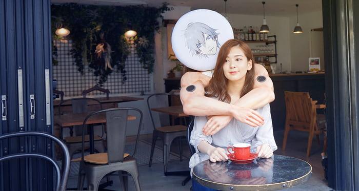 Chica con un cojí de brazos colocado al rededor de su cuello