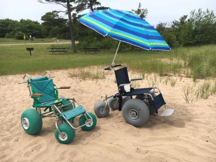 Sillas de ruedas especiales y adaptadas para personas que no pueden caminar y quieren disfrutar de la plata