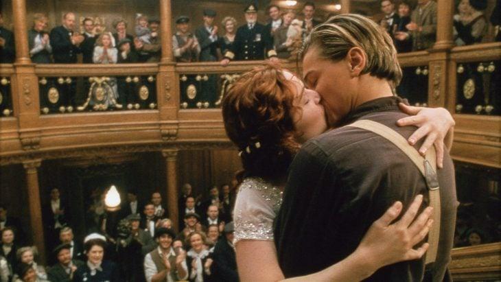 Datos sobre películas; Titanic con Leonardo DiCaprio y Kate Winslet; Jack y Rose besándose