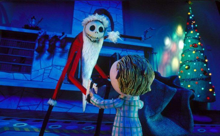 Datos sobre películas; Pesadilla antes de Navidad; Jack Skellington vestido de Santa Claus con un niño y un árbol con esferas y luces