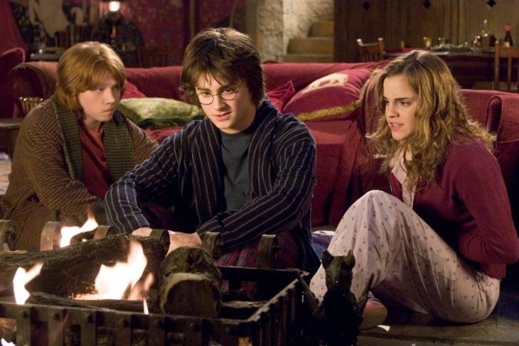 Datos sobre películas; Harry Potter y el cáliz de fuego; Harry, Hermione y Ron sentados frente al fuego; Daniel Radcliffe, Emma Watson y Rupert Grint