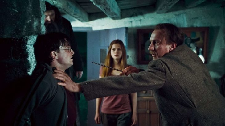 Datos sobre películas; Harry Potter y las reliquias de la muerte; Lupin apuntando con su varita al mago