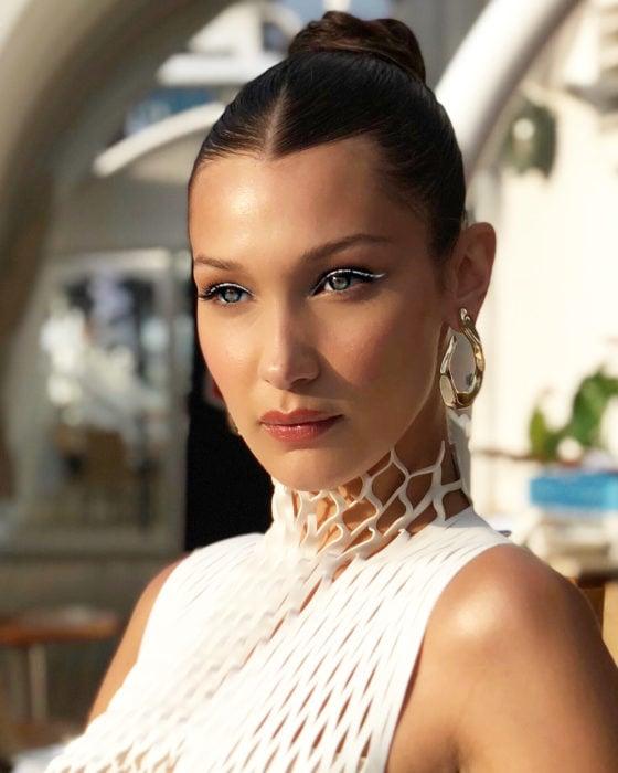 Bella Hadid mostrando su maquillaje y el delineado de color blanco creado con delineadores de Dior