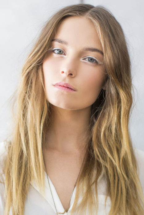 Chica mostrando su estilo de delineado en color blanco