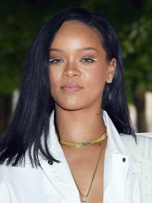 Rihanna mostrando su nueva tendencia de delineado en color blanco que enmarca el ojo