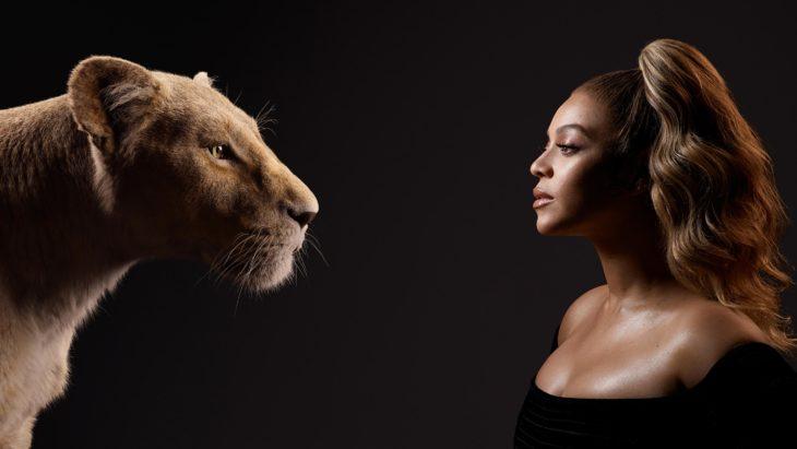 Actores posan junto a sus personajes de el Rey León; Beyoncé Knowles y Nala
