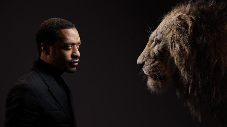 Actores posan junto a sus personajes de el Rey León; Chiwetel Ejiofor y Scar
