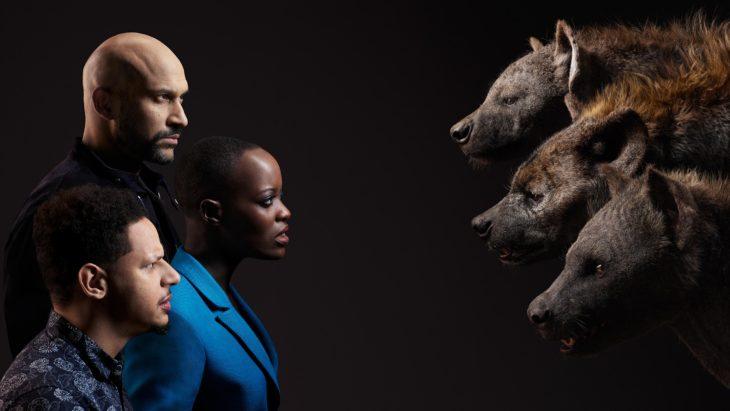 Actores posan junto a sus personajes de el Rey León; Eric André, Florence Kasumba y Keegan con las hienas Azizi, Shenzi y Kamari