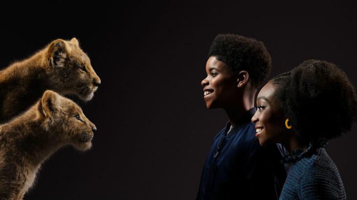 Actores posan junto a sus personajes de el Rey León; Shahadi Wright Joseph y JD McCrary con Nala y Simba de pequeños