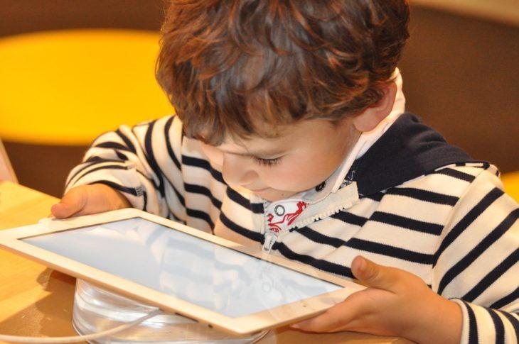 un niño viendo una tableta