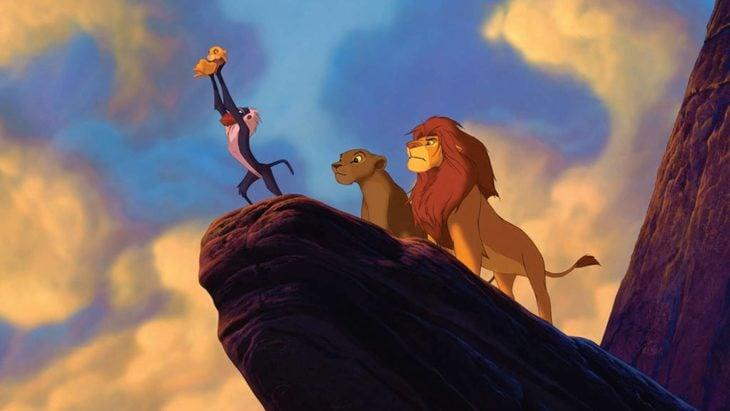 Curiosidades de la película de Disney, El rey León de 1994; Rafiki cargando a Simba con Mufasa y Sarabi atrás