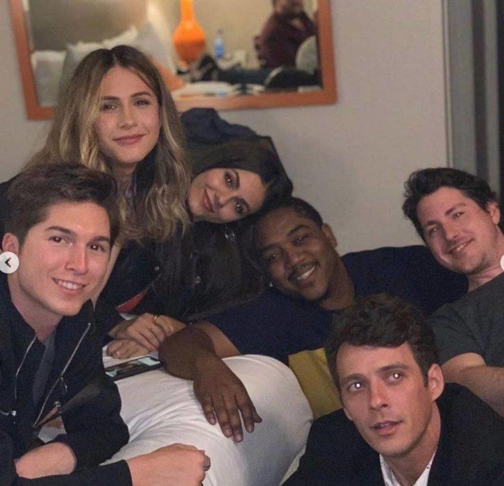 Victoria Justice, Sean Rio, Matthew Underwood, Paul Butcher, Erin Sanders, Alexa Nikolas y Christopher Massey posando para una fotografía en Instagram