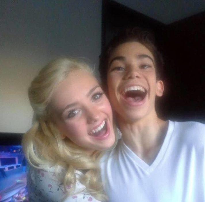 Peyton List y Cameron Boyce sonriendo para una selfie