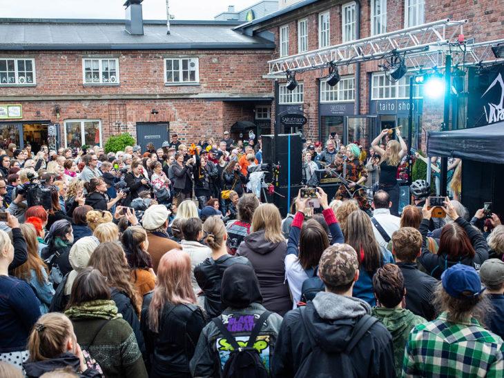 Publico que presenció en Finlandia la competencia de heavy metal y tejido